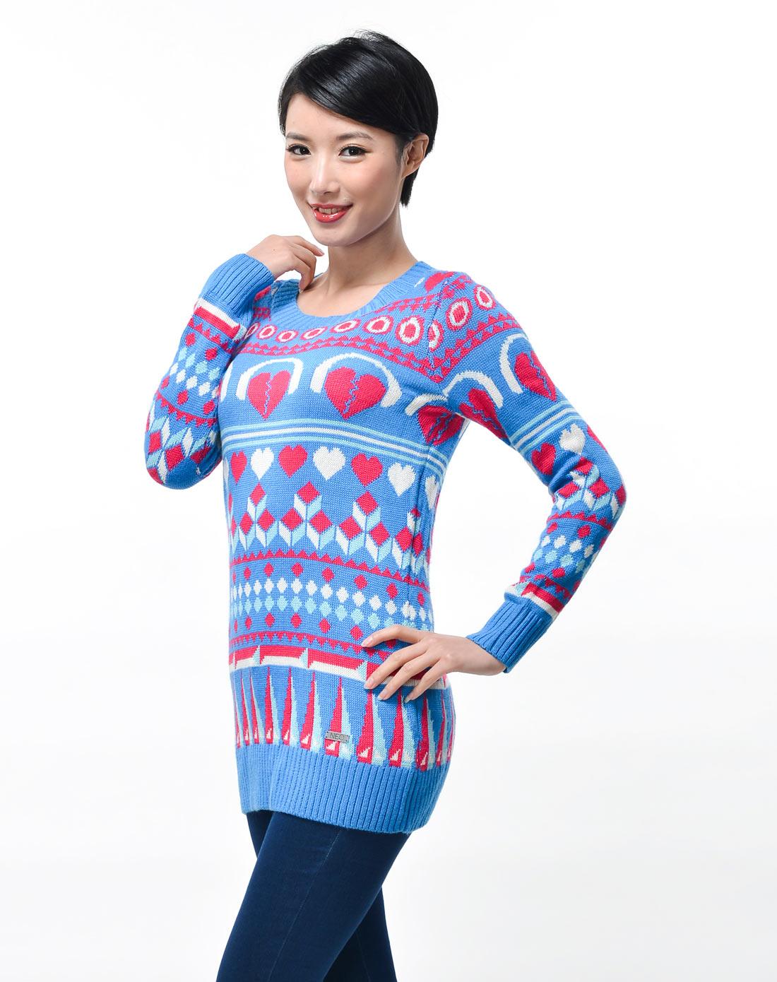 女子蓝底彩色图案毛衣