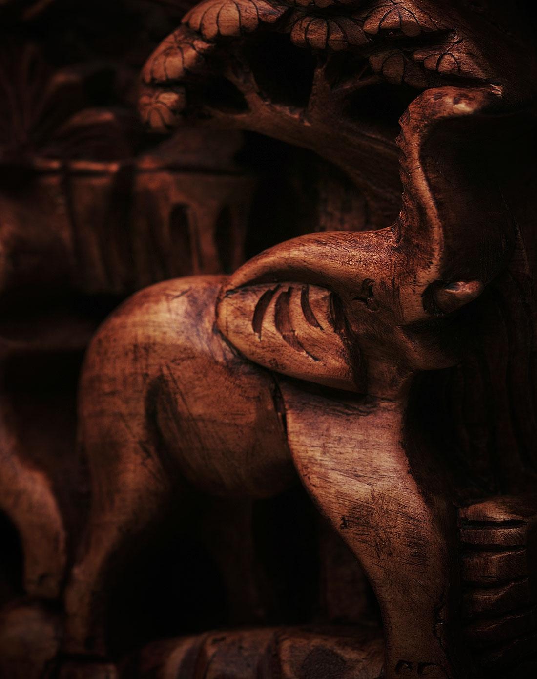 印尼.巴厘马斯大师立体木雕花板作品《森林家族》