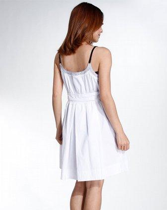 白色皱褶吊带连衣裙