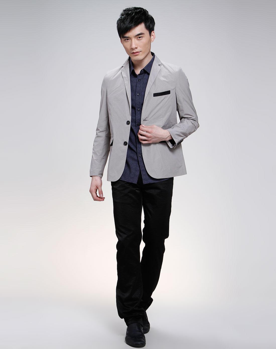 灰色休闲西服里面,搭配衬衣应选什么颜色,或配什么T恤 下面配什图片