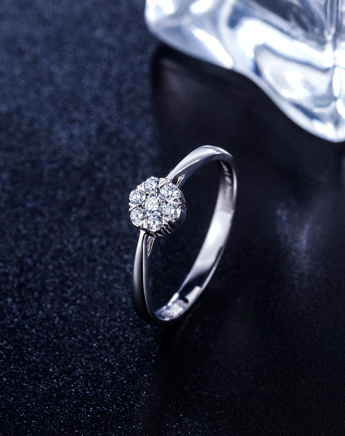 18k白金豪华群镶钻石戒指