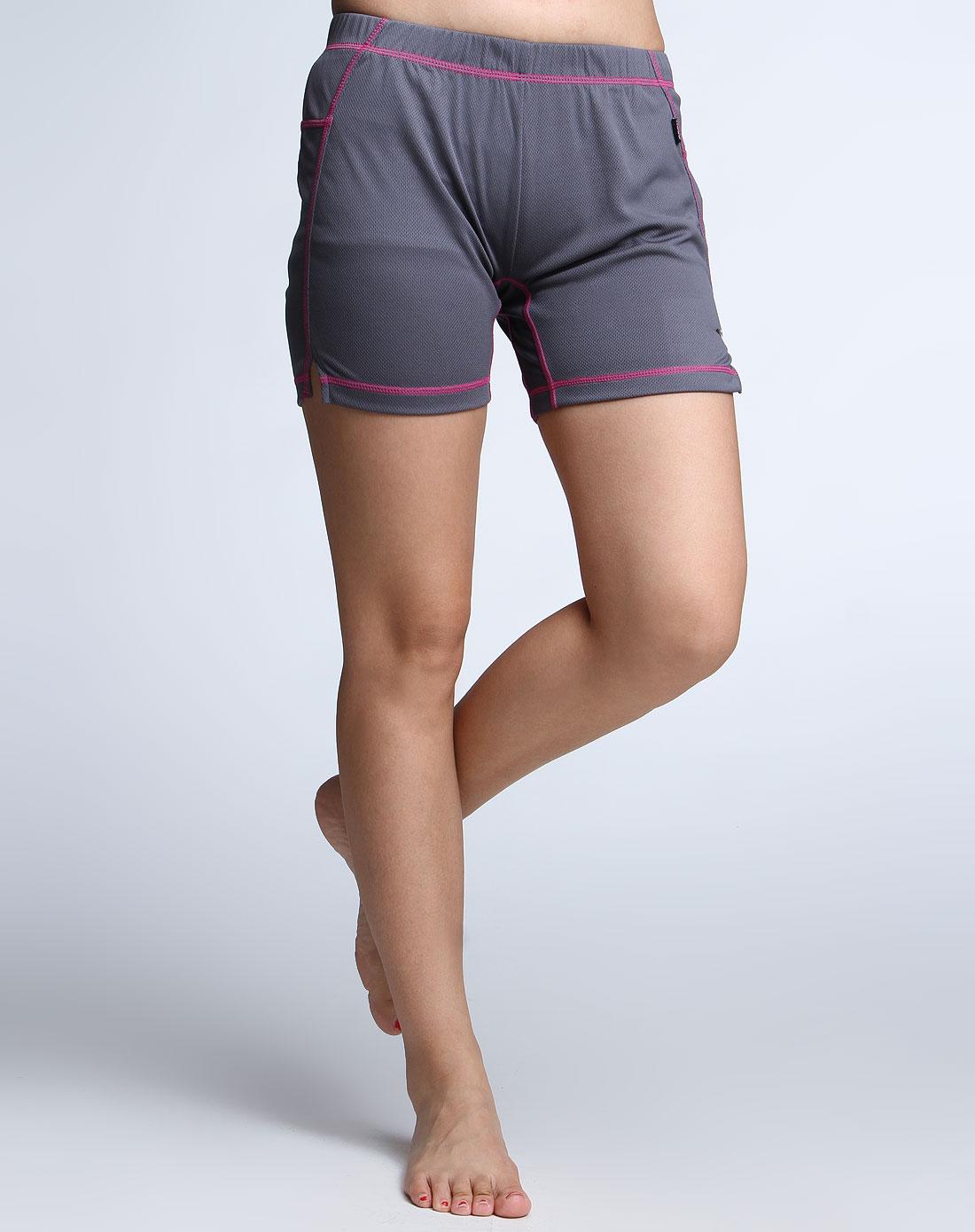 深灰色运动短裤