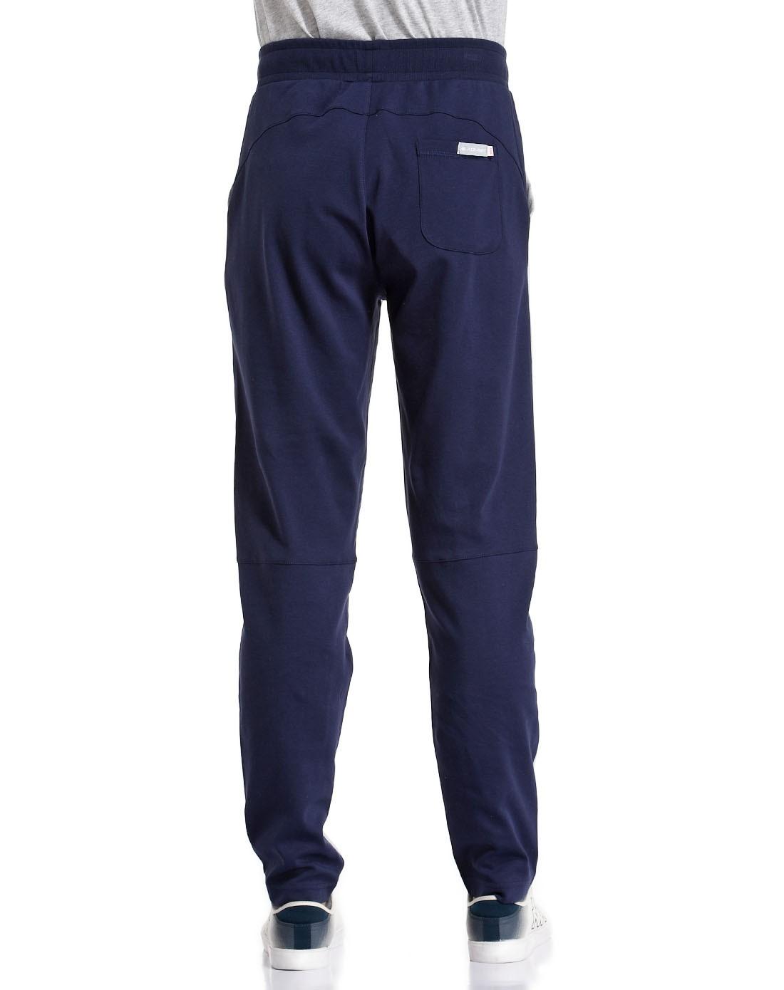 男款灰配深蓝色长裤