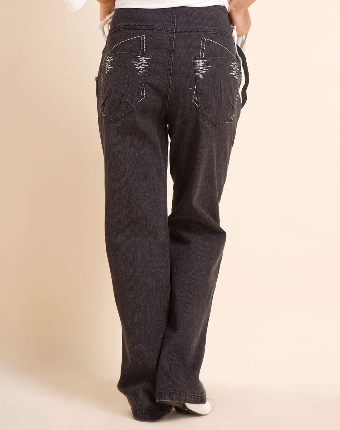 款黑色小喇叭牛仔裤