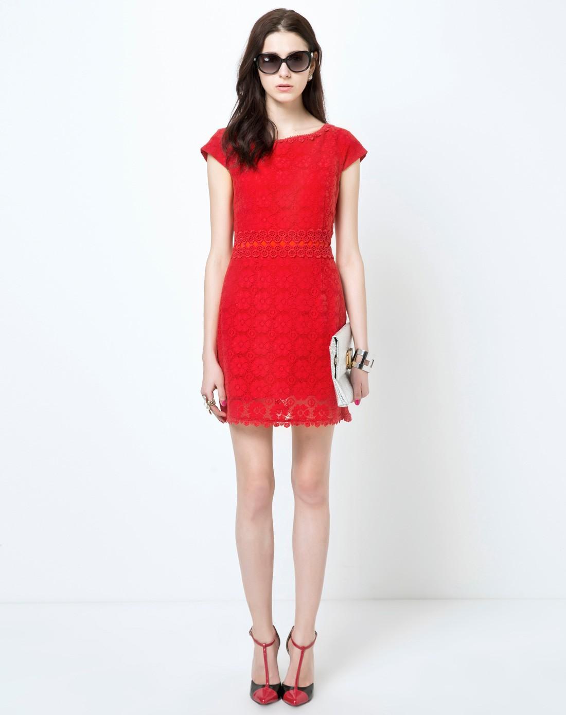 红色蕾丝一字领连衣裙