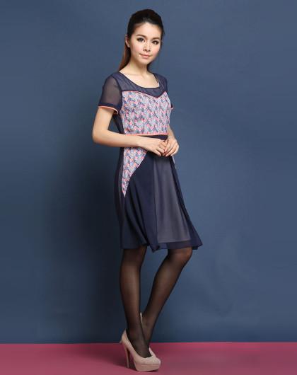 深蓝粉红色印花圆领短袖连衣裙