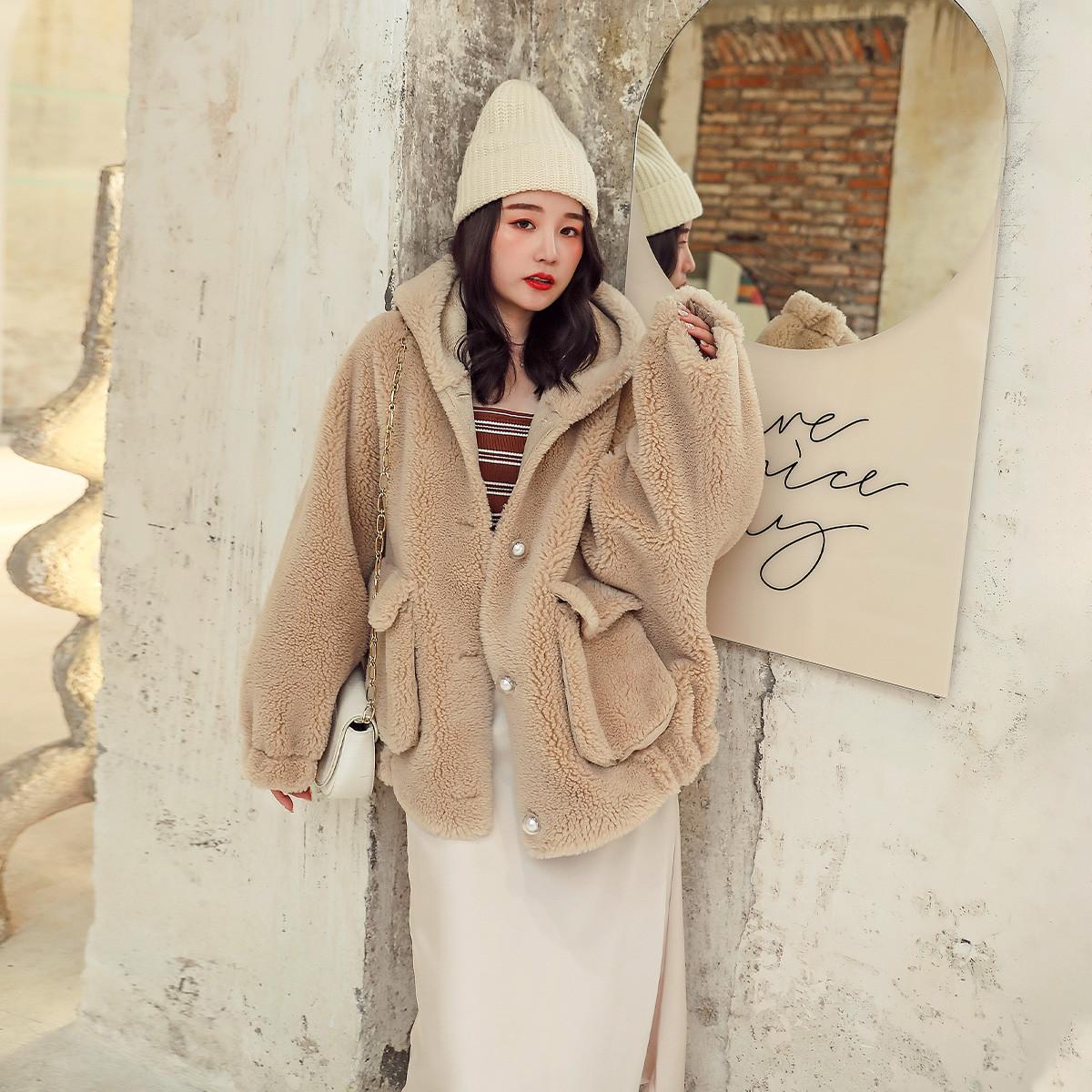 依奴珈颗粒羊剪绒大衣时尚连帽复合皮毛一体宽松版型ZHWJ7067822